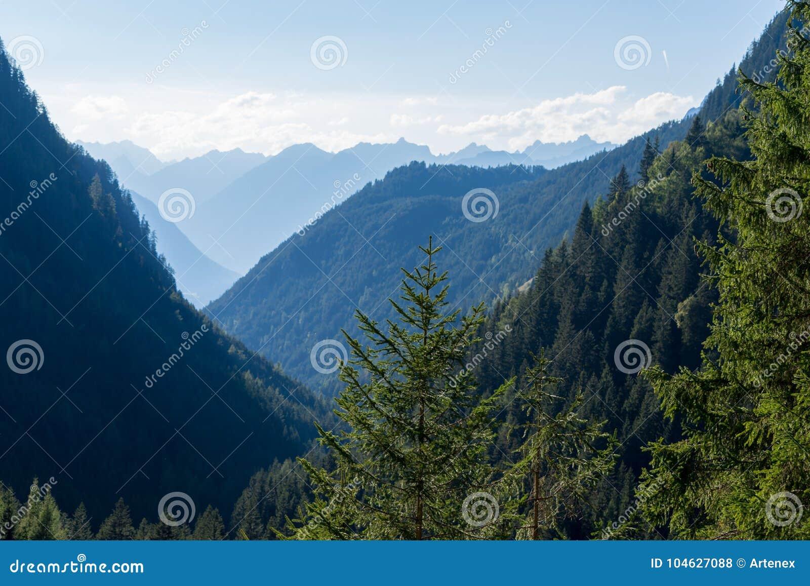 Download Bergen, Vallei En Piekenlandschap, Natuurlijk Milieu Wandeling In De Alpen Stock Foto - Afbeelding bestaande uit landschappen, element: 104627088