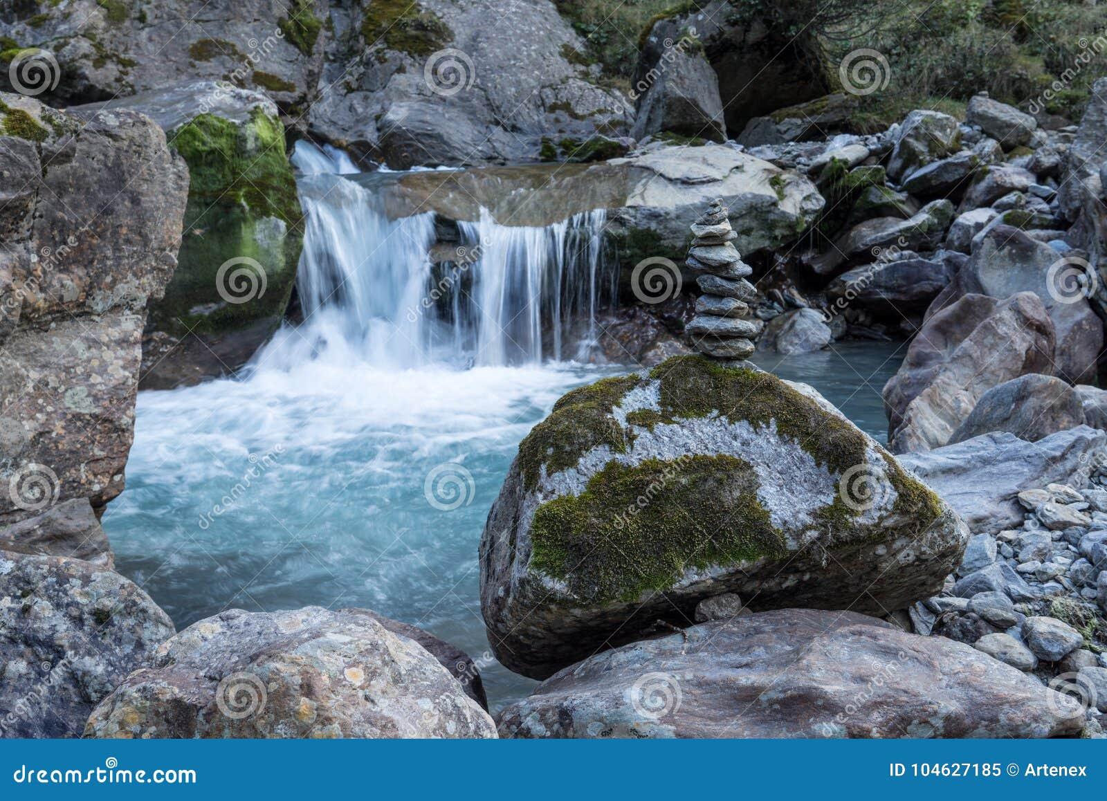 Download Bergen, Vallei En Piekenlandschap, Natuurlijk Milieu Wandeling In De Alpen Stock Afbeelding - Afbeelding bestaande uit landschap, alpien: 104627185