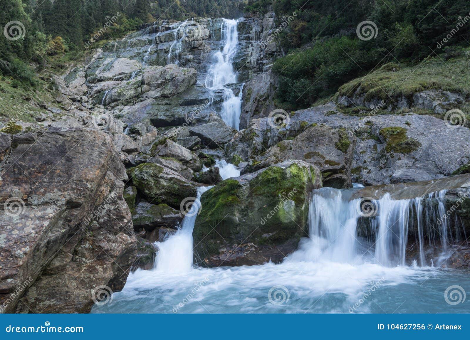 Download Bergen, Vallei En Piekenlandschap, Natuurlijk Milieu Wandeling In De Alpen Stock Foto - Afbeelding bestaande uit clean, europa: 104627256
