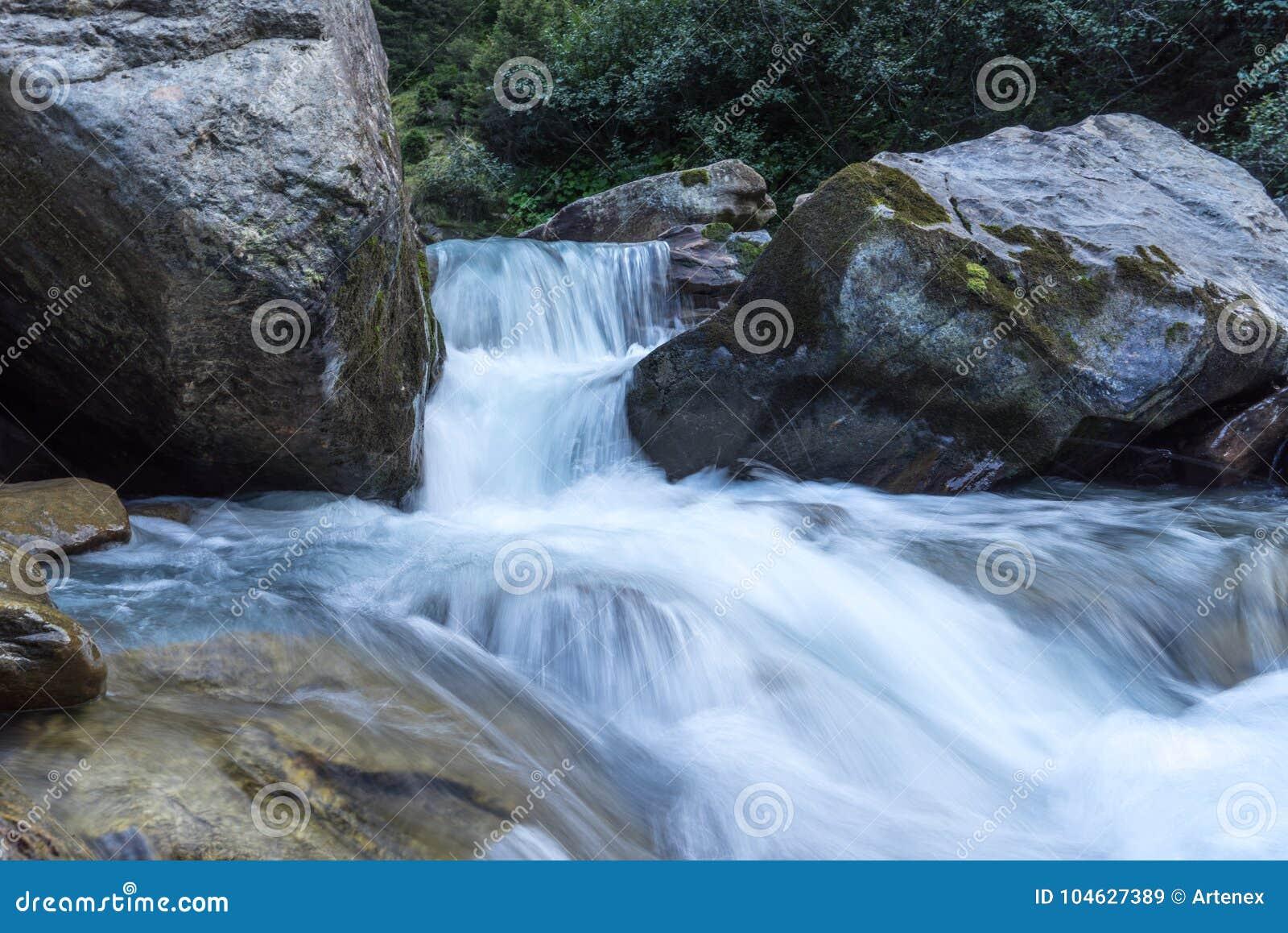 Download Bergen, Vallei En Piekenlandschap, Natuurlijk Milieu Wandeling In De Alpen Stock Afbeelding - Afbeelding bestaande uit berg, huidig: 104627389