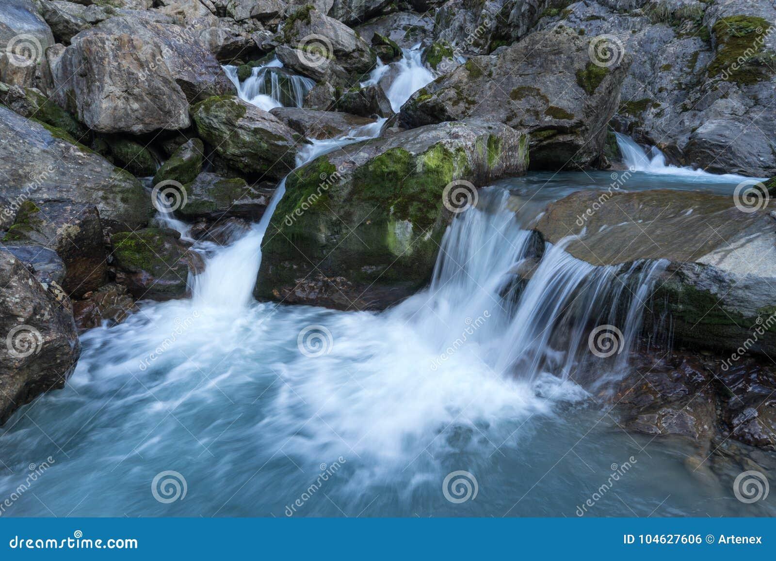 Download Bergen, Vallei En Piekenlandschap, Natuurlijk Milieu Wandeling In De Alpen Stock Foto - Afbeelding bestaande uit milieu, achtergrond: 104627606