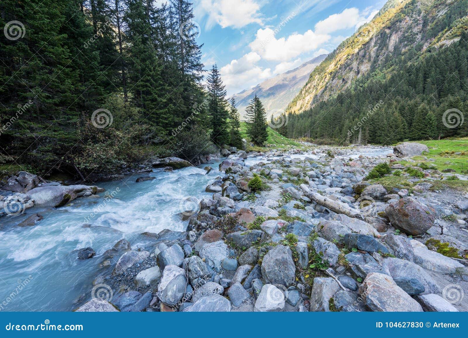 Download Bergen, Vallei En Piekenlandschap, Natuurlijk Milieu Wandeling In De Alpen Stock Foto - Afbeelding bestaande uit hoog, vloeistof: 104627830