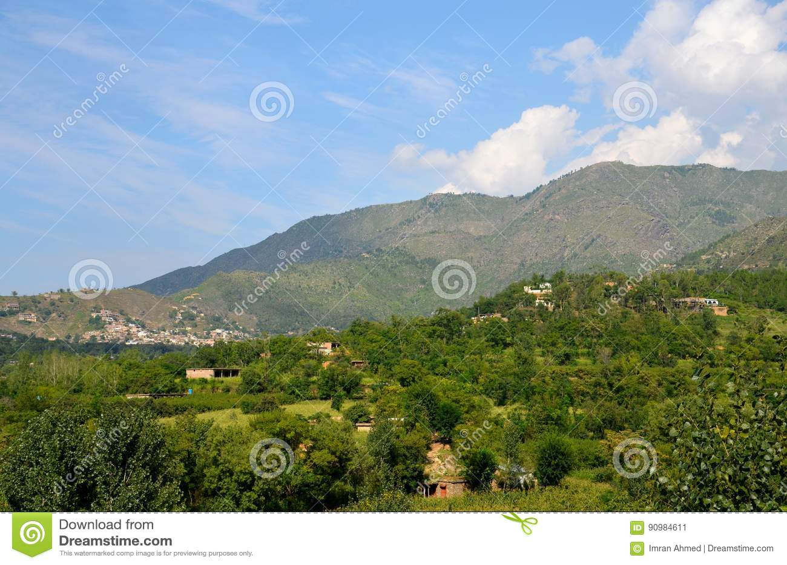 Bergenhemel en huizen in dorp van Mepvallei Khyber Pakhtoonkhwa Pakistan