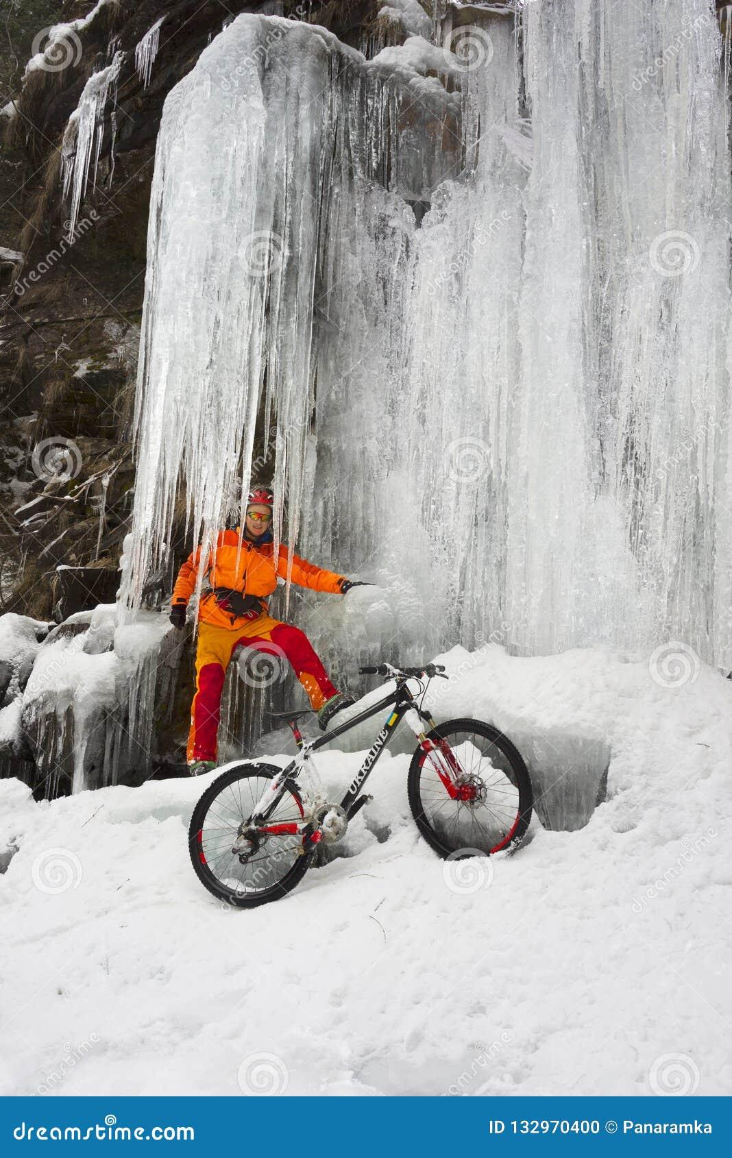 Bergfiets in de winter in de bergen