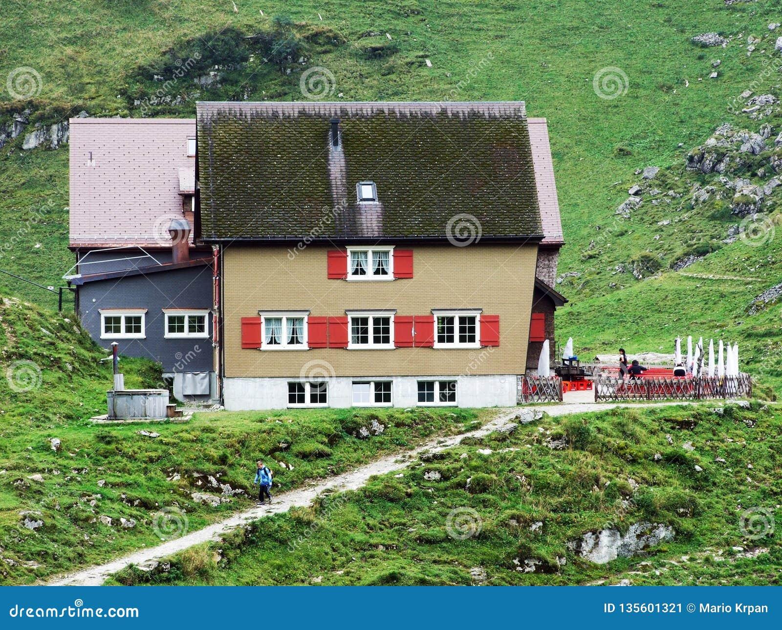 Berggasthaus Bollenwees o un ristorante della montagna vicino al lago Fahlensee