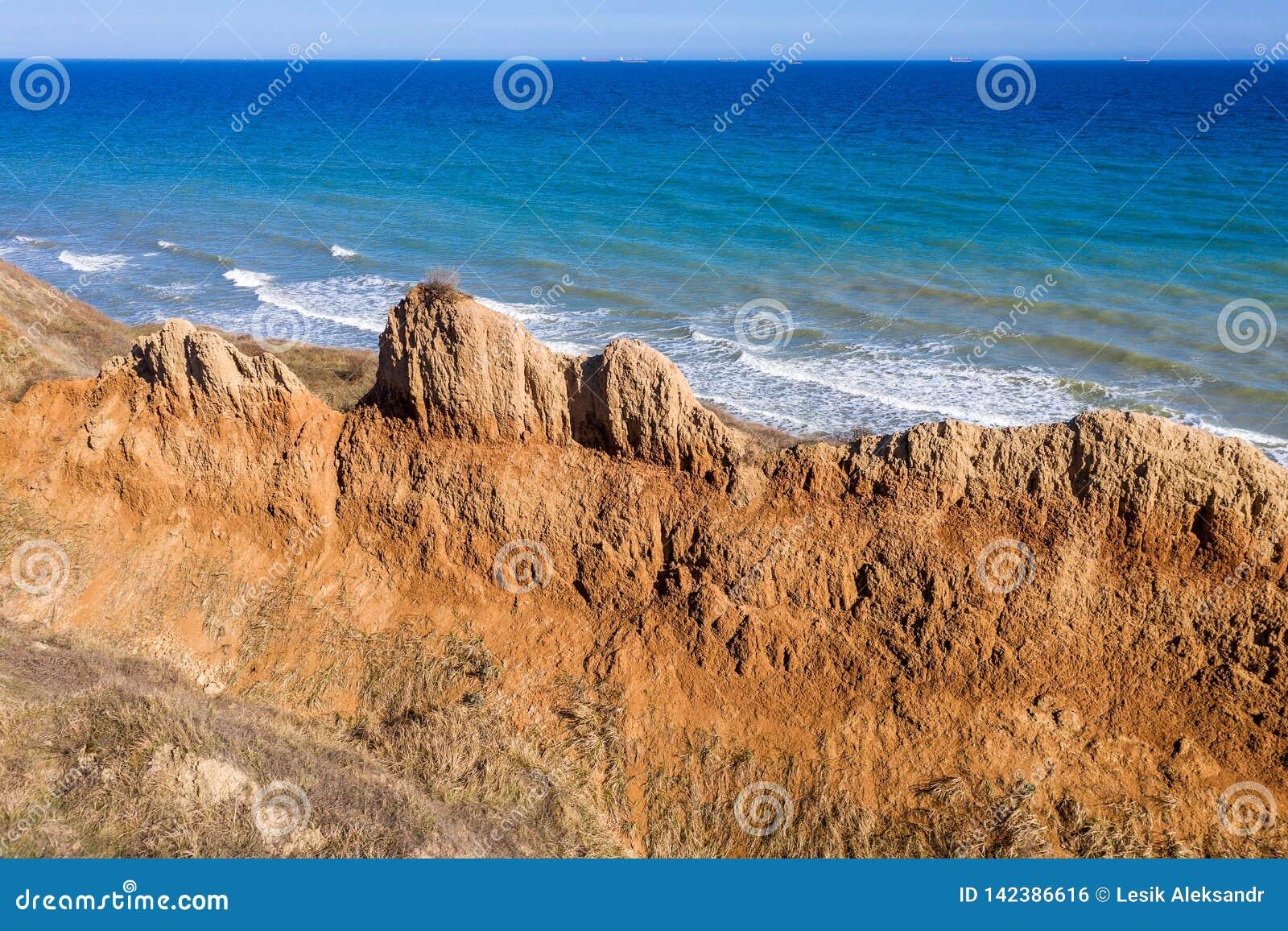 Berggrondverschuiving op een ecologisch gevaarlijk gebied Grote barst in grond, afdaling van grote lagen van vuil Dodelijk gevaar