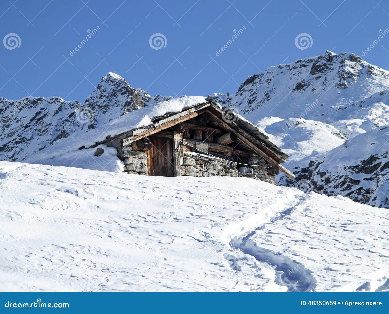 Berghut in de sneeuw stock foto afbeelding 48350659 - Berghut foto ...