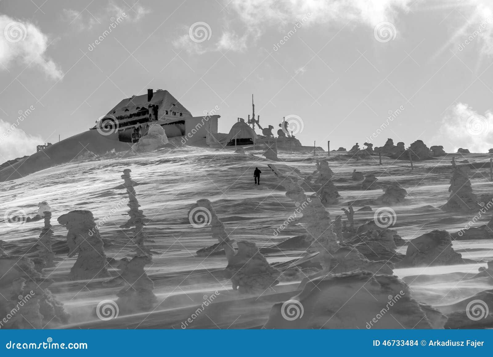 Berghut op de bovenkant van szrenica in polen stock foto afbeelding 46733484 - Berghut foto ...