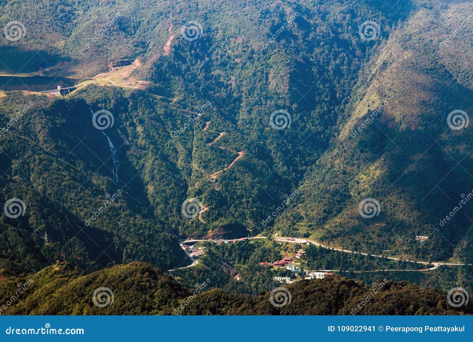 Bergketen van fansipan hoogste bergtop van indochina in sapa lao cai provincie noordelijk van Vietnam