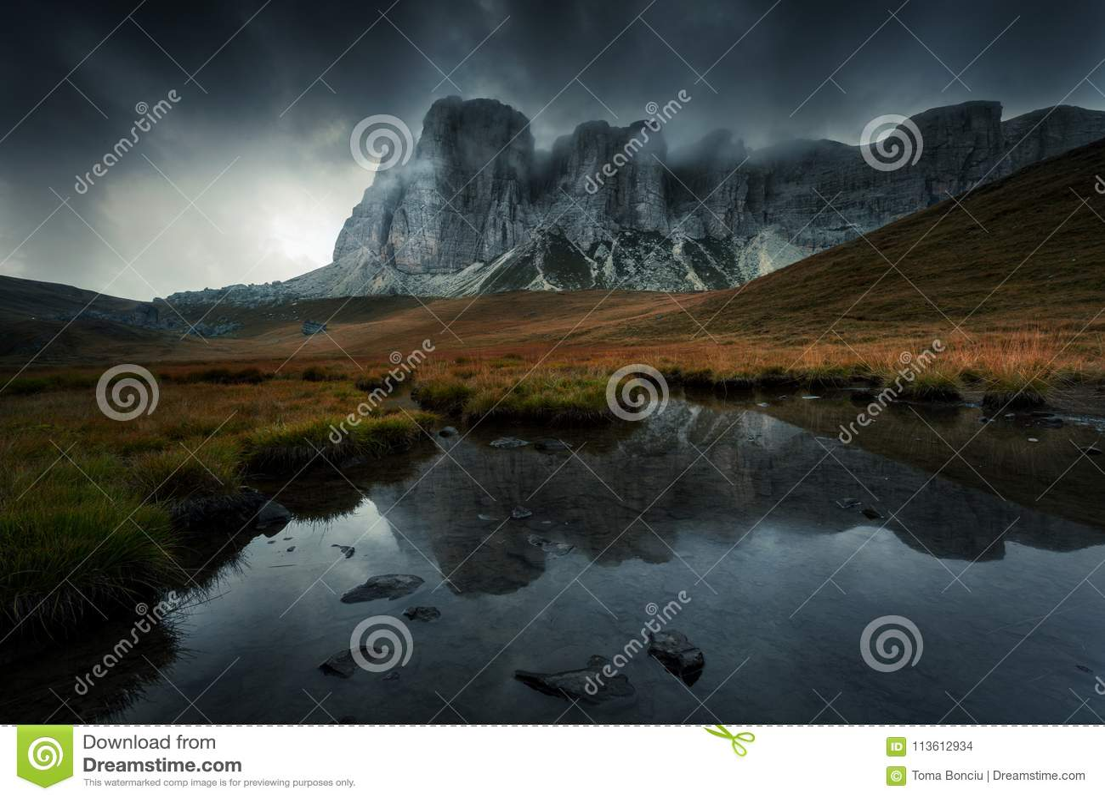 Berglandschap met meer en donkere spectaculaire wolken in