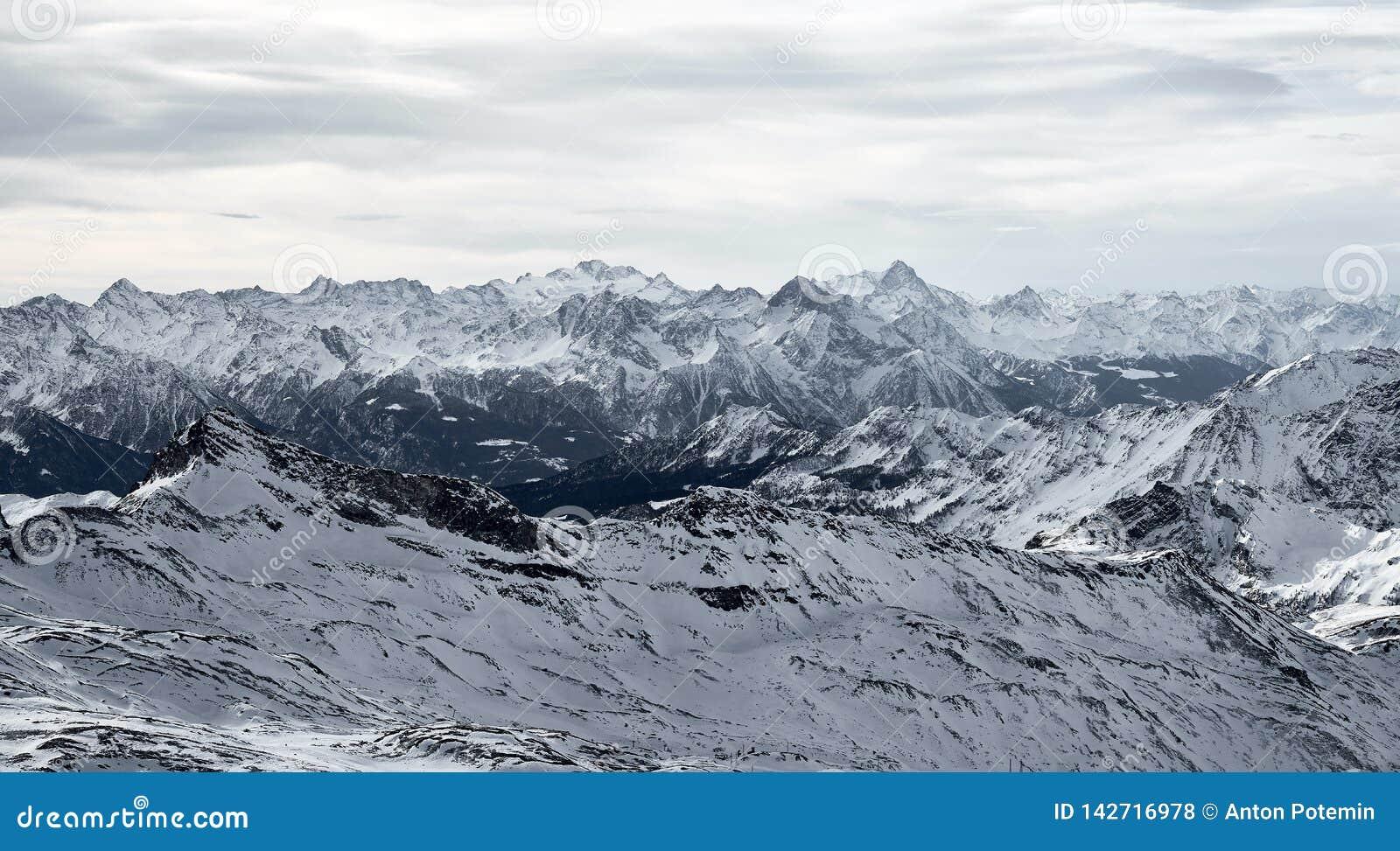 Berglandskap av djupfrysta ismaxima