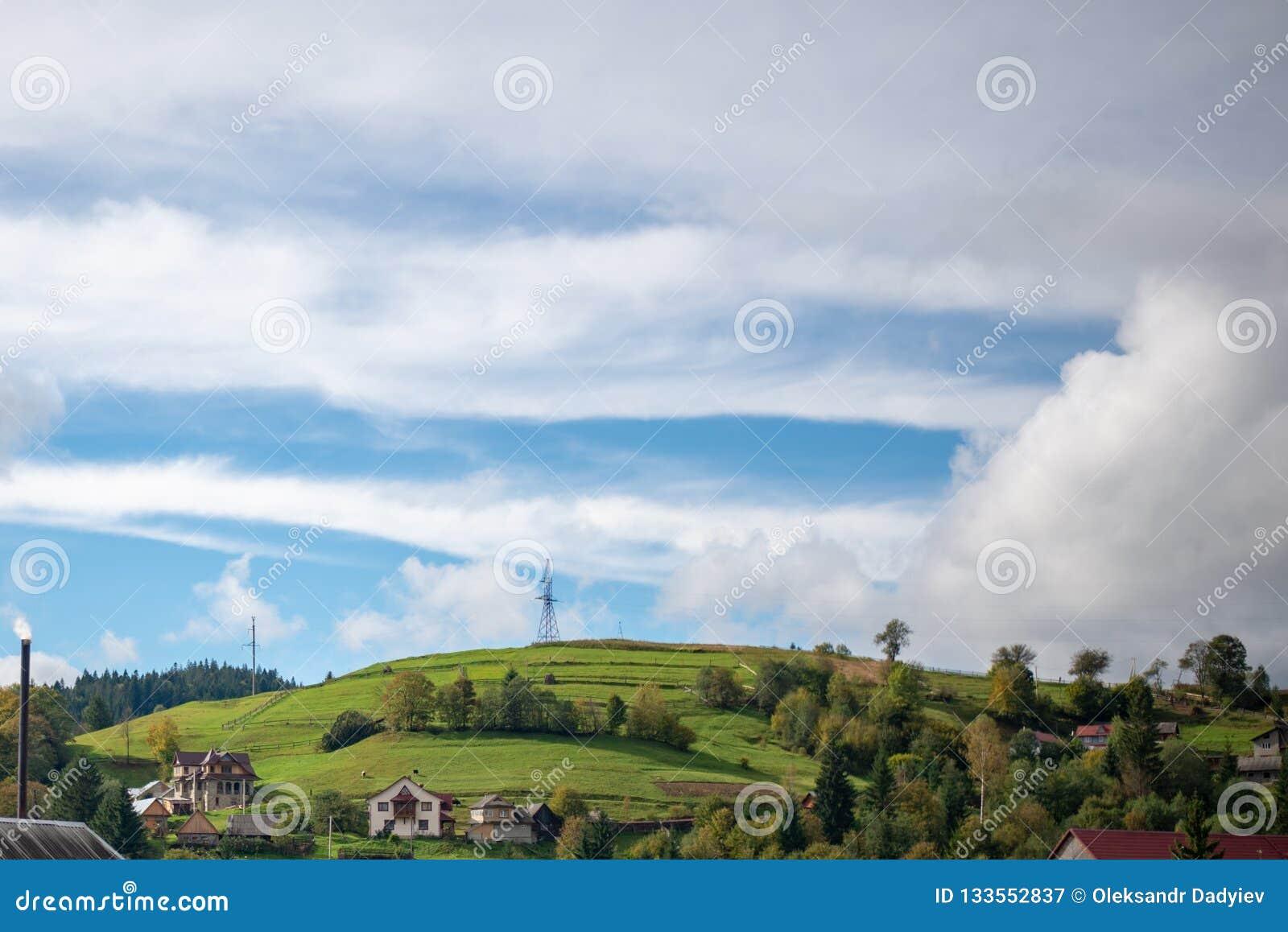 Berglandskap med stormmoln Upptill av berget finns det en pelare av elektricitet