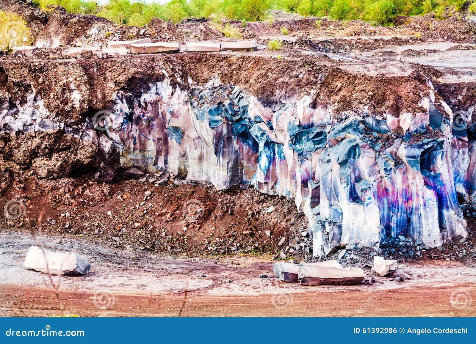 Berglava I lager terräng med geologiskt vaggar material