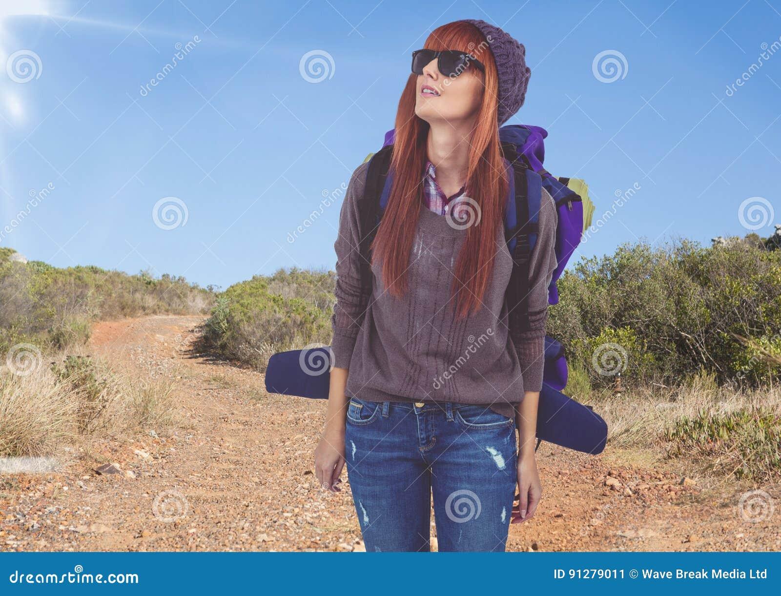 Berglopp, kvinnabergsbestigare med solexponeringsglas i vägen
