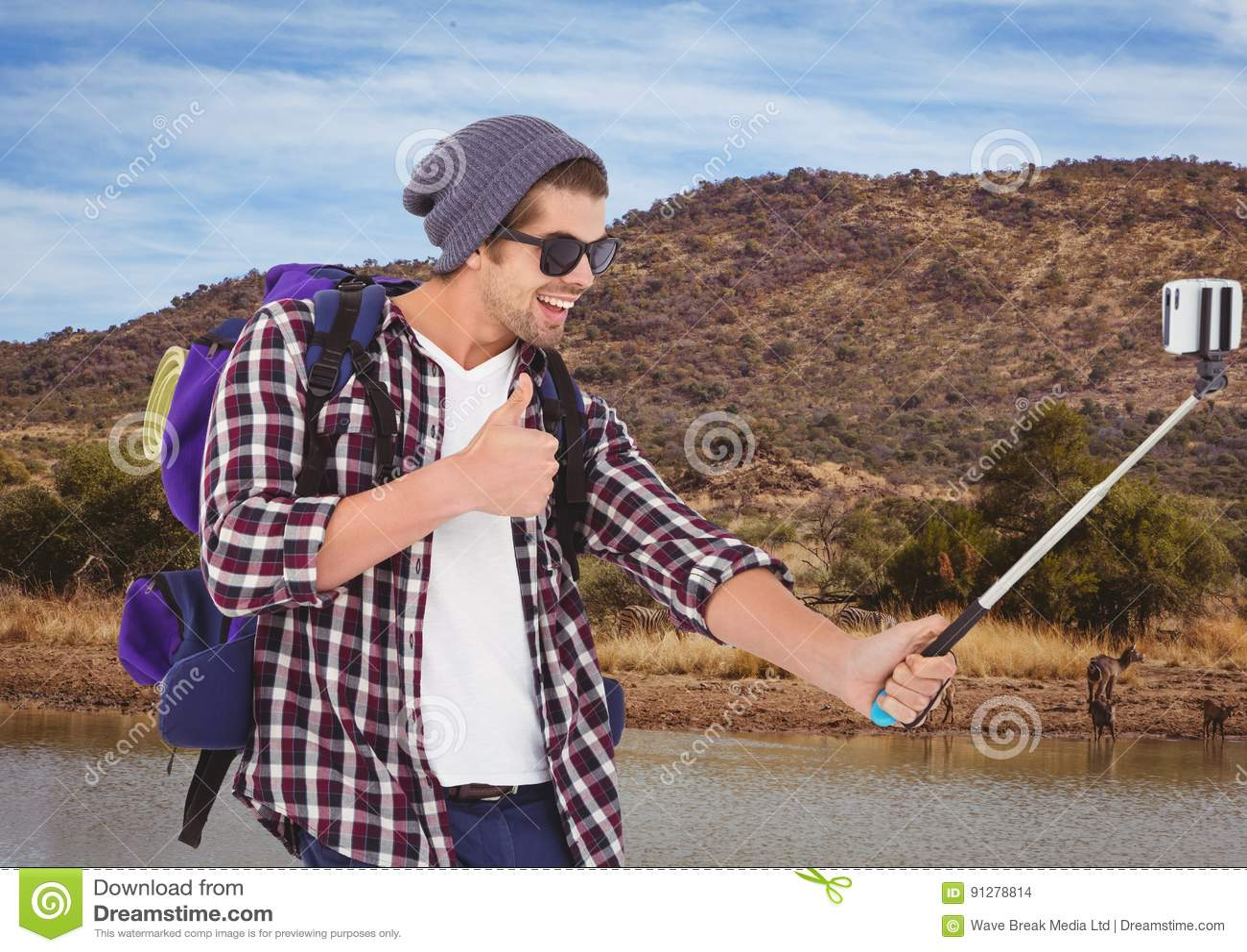 Berglopp, lycklig pojke som gör selfie med djur