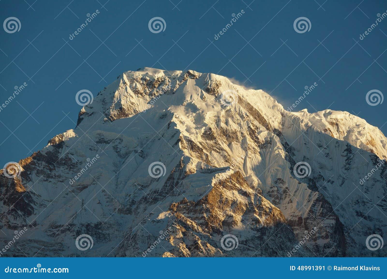 Bergmaximum Annapurna som är södra på soluppgång i Himalayas Nepal
