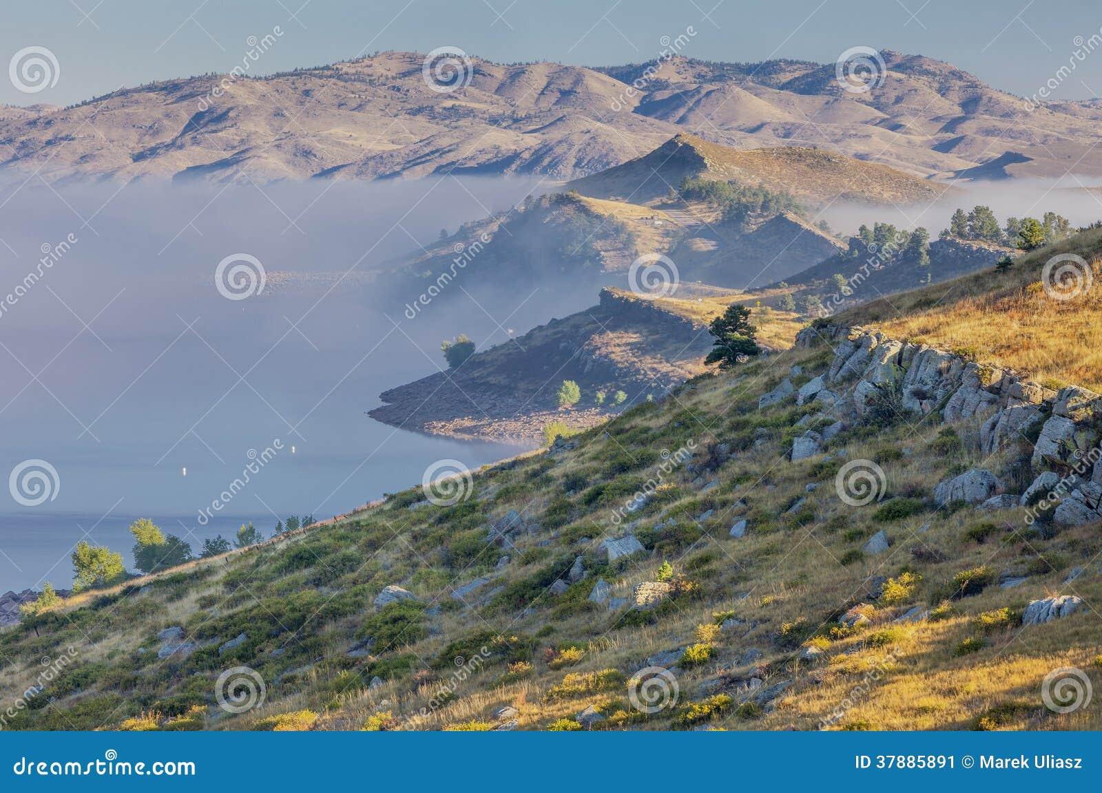Bergmeer in een mist