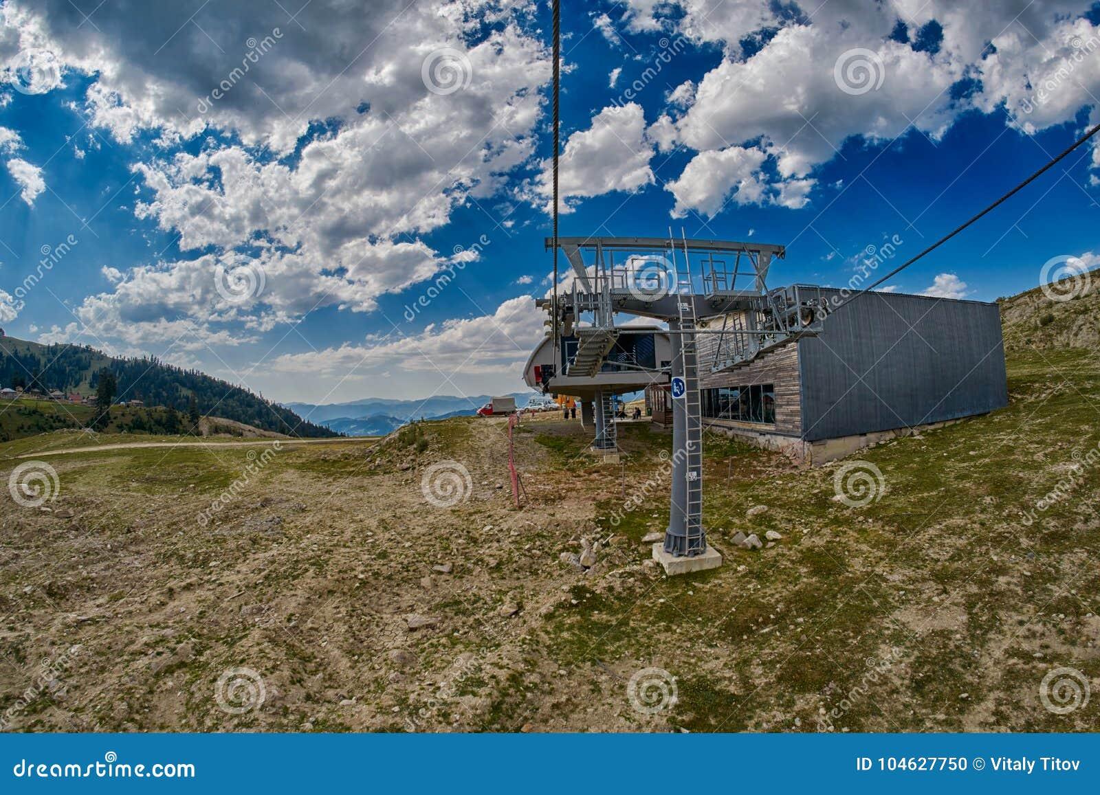 Download Bergropeway in Georgië stock foto. Afbeelding bestaande uit heuvel - 104627750