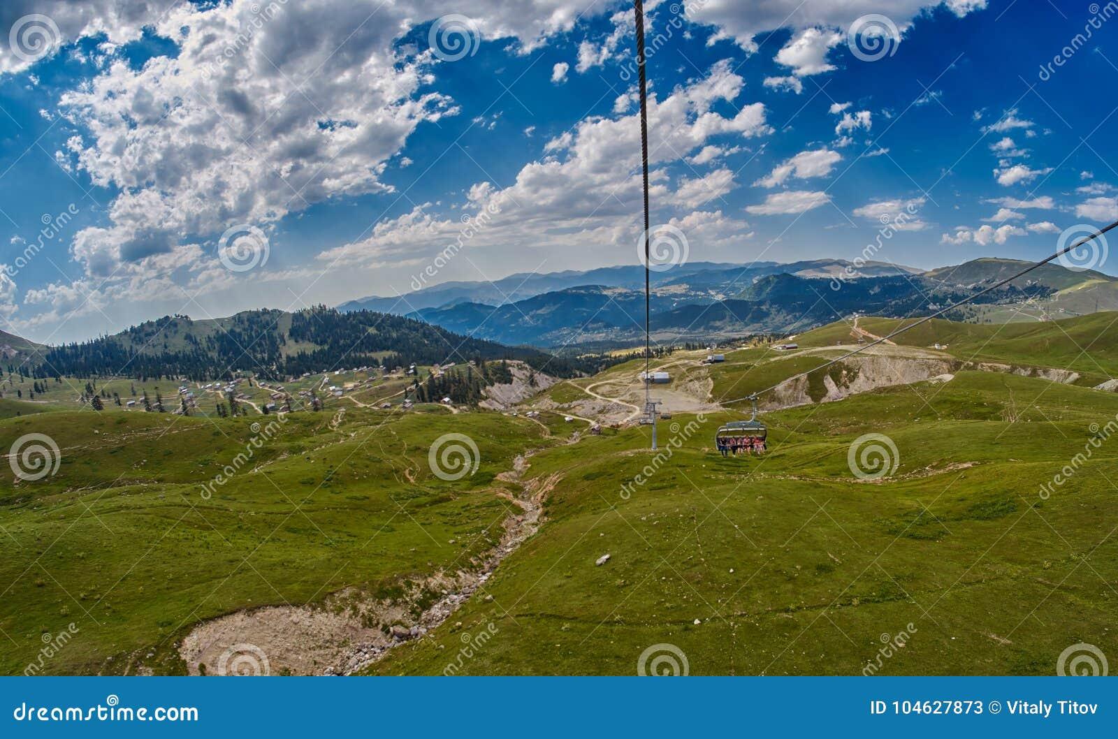 Download Bergropeway in Georgië stock afbeelding. Afbeelding bestaande uit extreem - 104627873