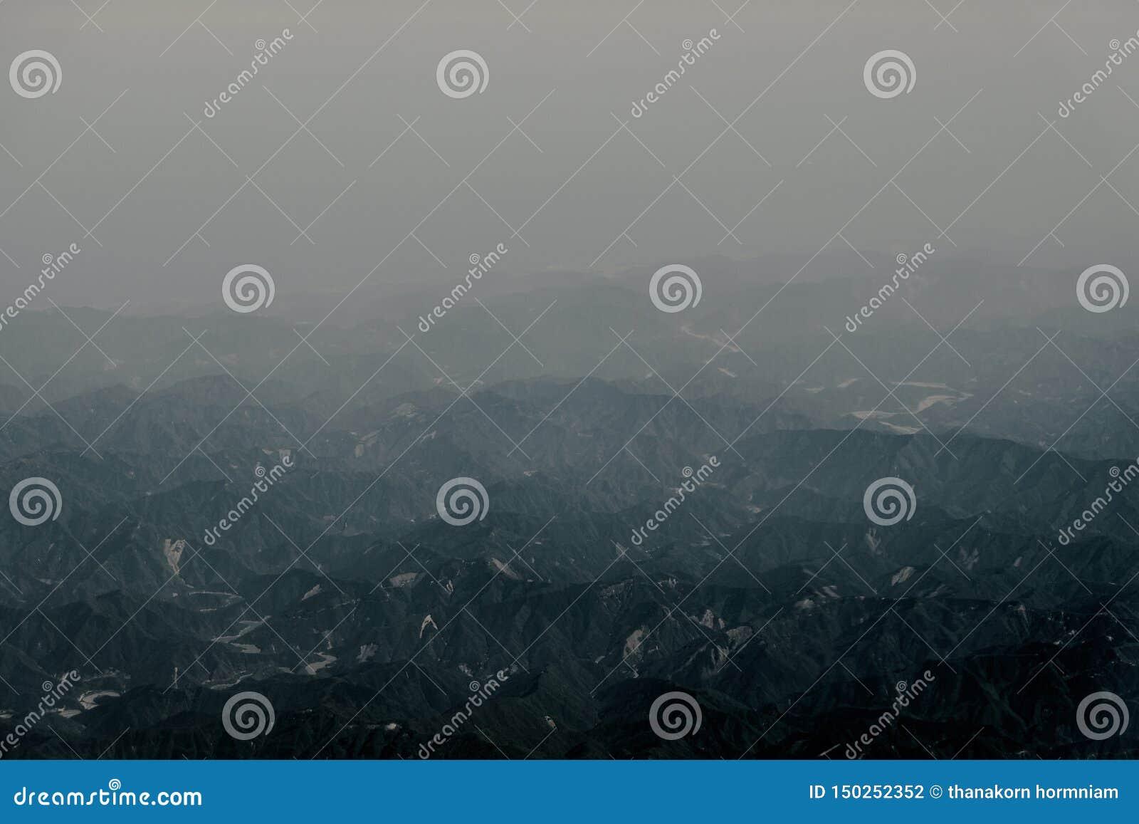 Bergsikten från flygplanfönster