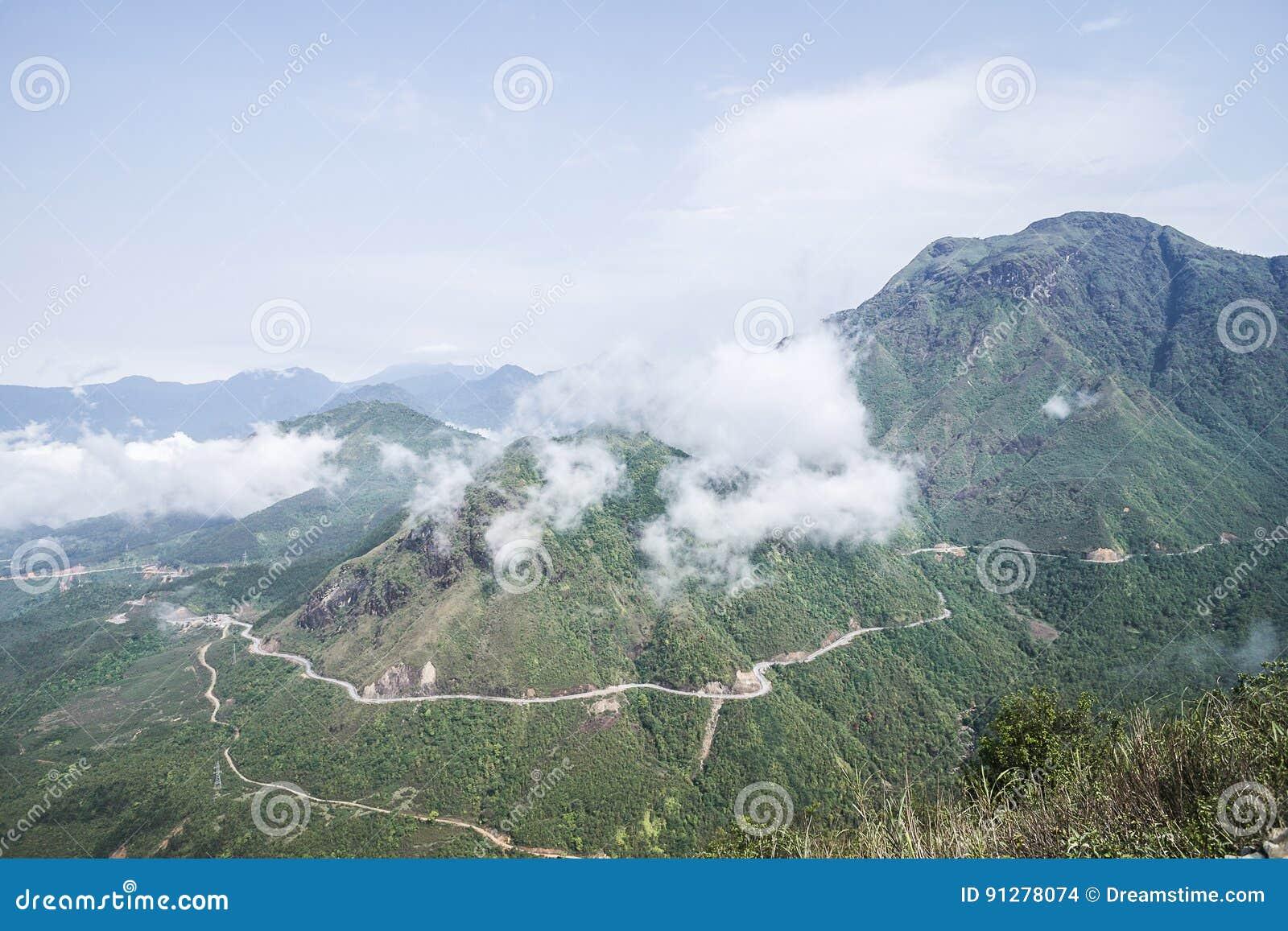 Bergskedja Hoang Lien Son av nordliga Vietnam