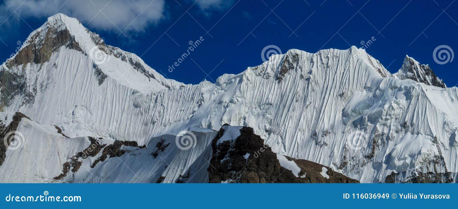 Bergskedjasnö når en höjdpunkt ovanför glaciären som täckas med snö