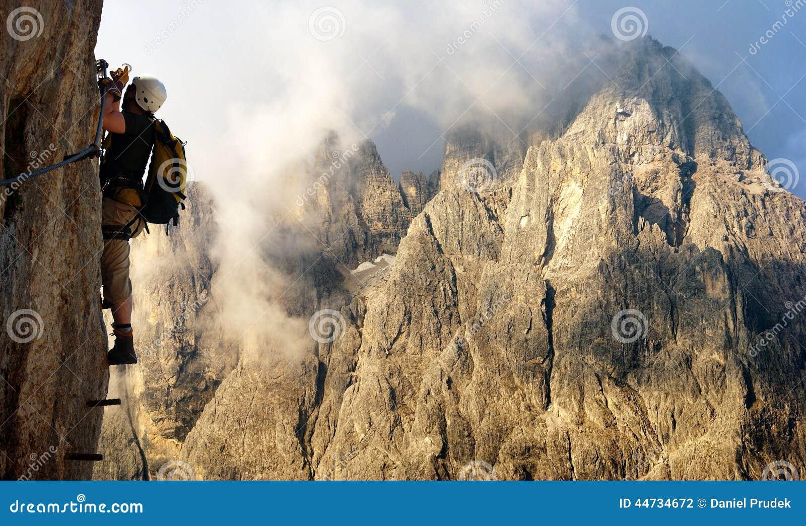 Klettersteig Italien : Bergsteiger an über ferrata oder klettersteig in italien
