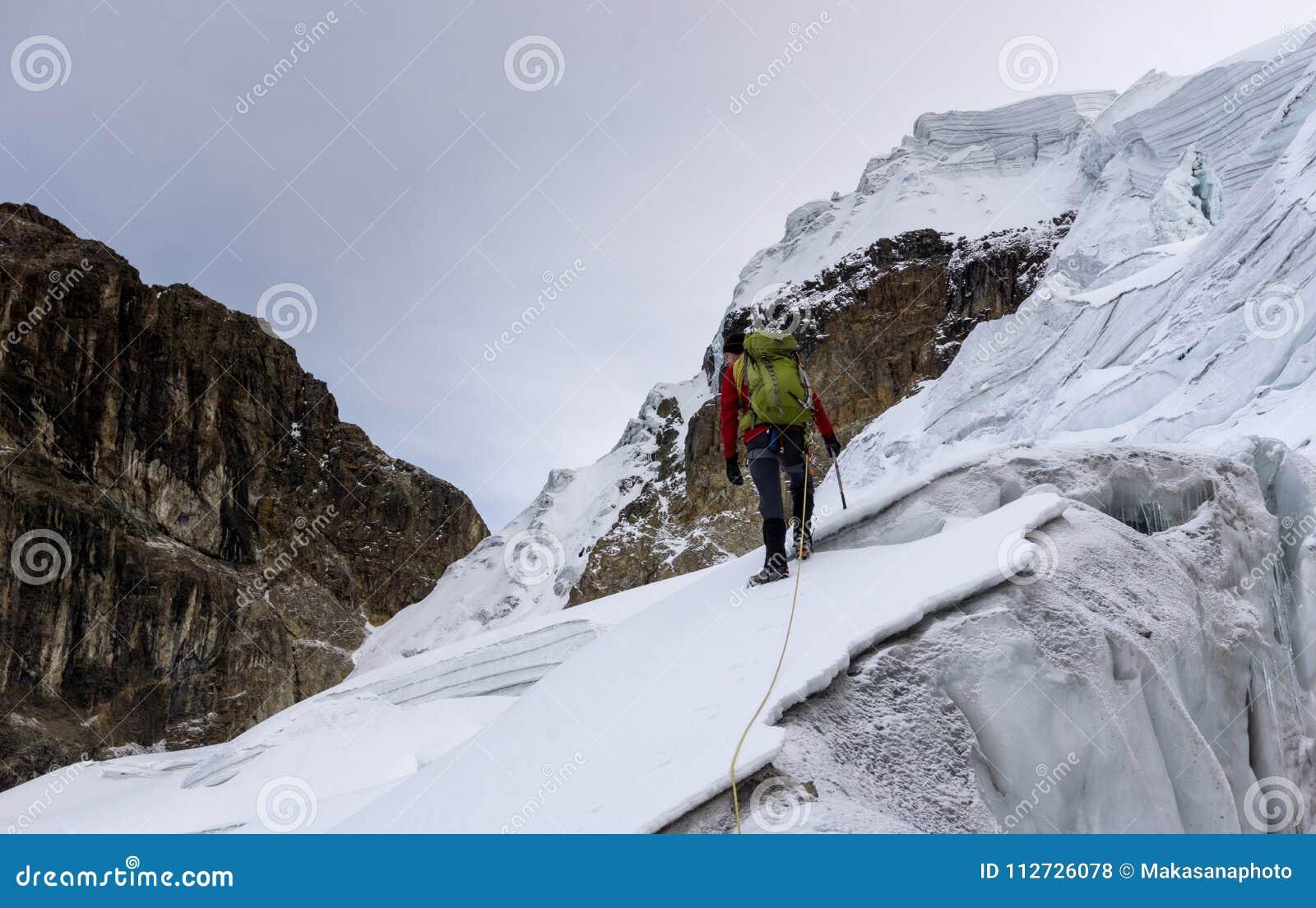 online store e6b61 62f61 Bergsteiger In Einer Roten Jacke Auf Einem Steilen Gletscher ...
