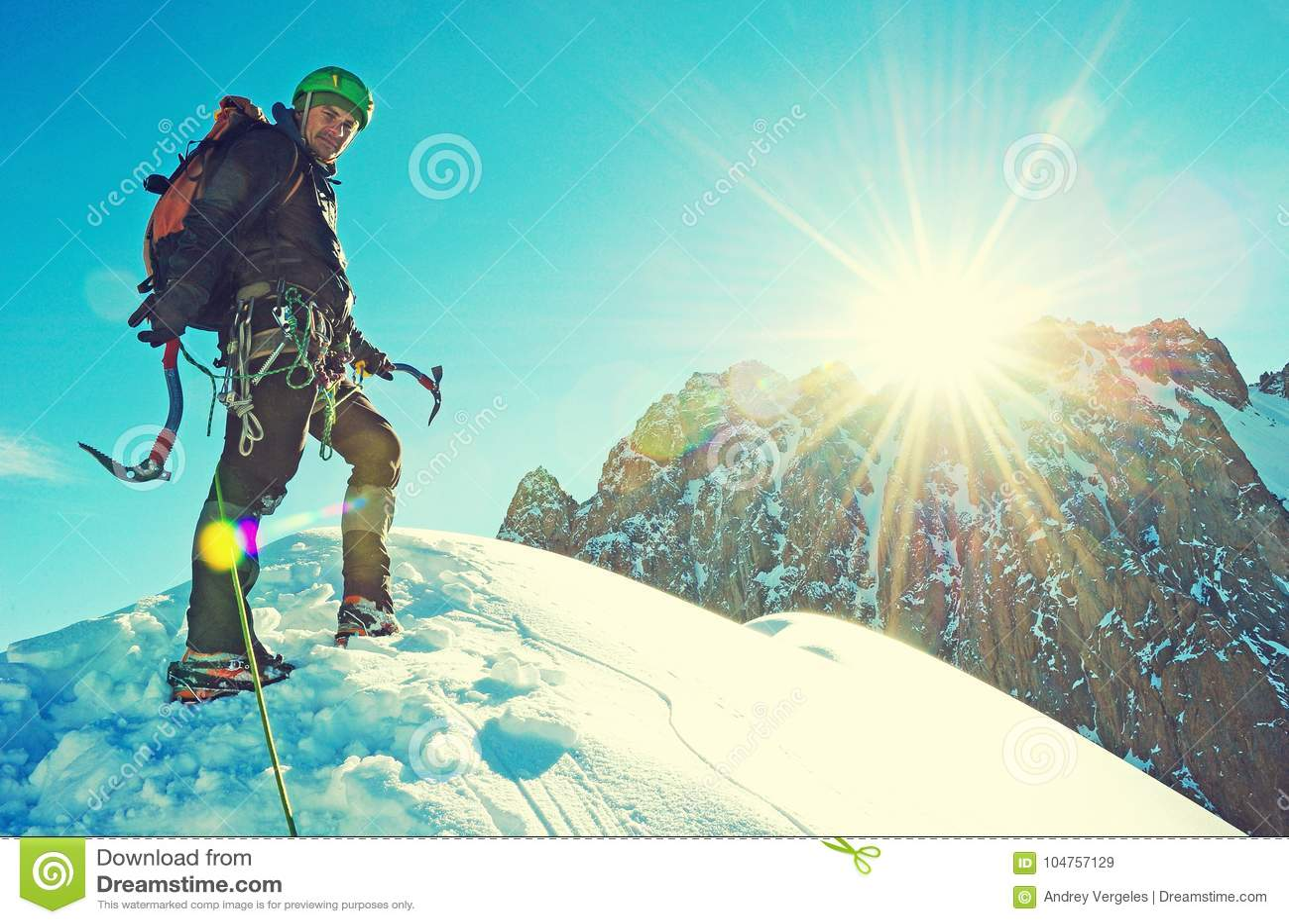 Bergsteiger erreicht den Gipfel der Bergspitze Erfolg, Freiheit und Glück, Leistung in den Bergen Kletterndes Sportkonzept