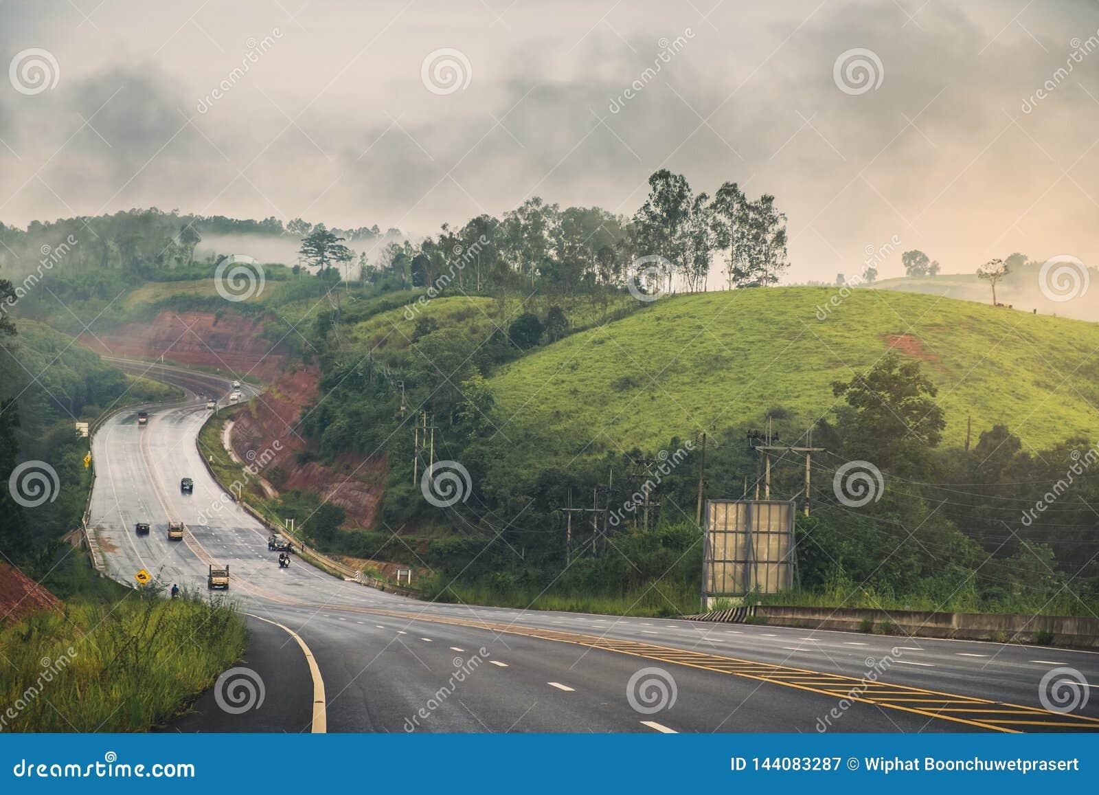 Bergväg efter regnet