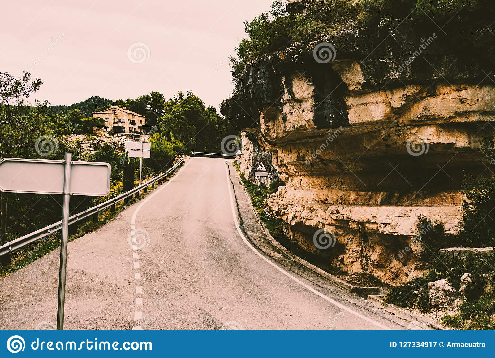 Bergväg i en landsbygd av nordliga Spanien