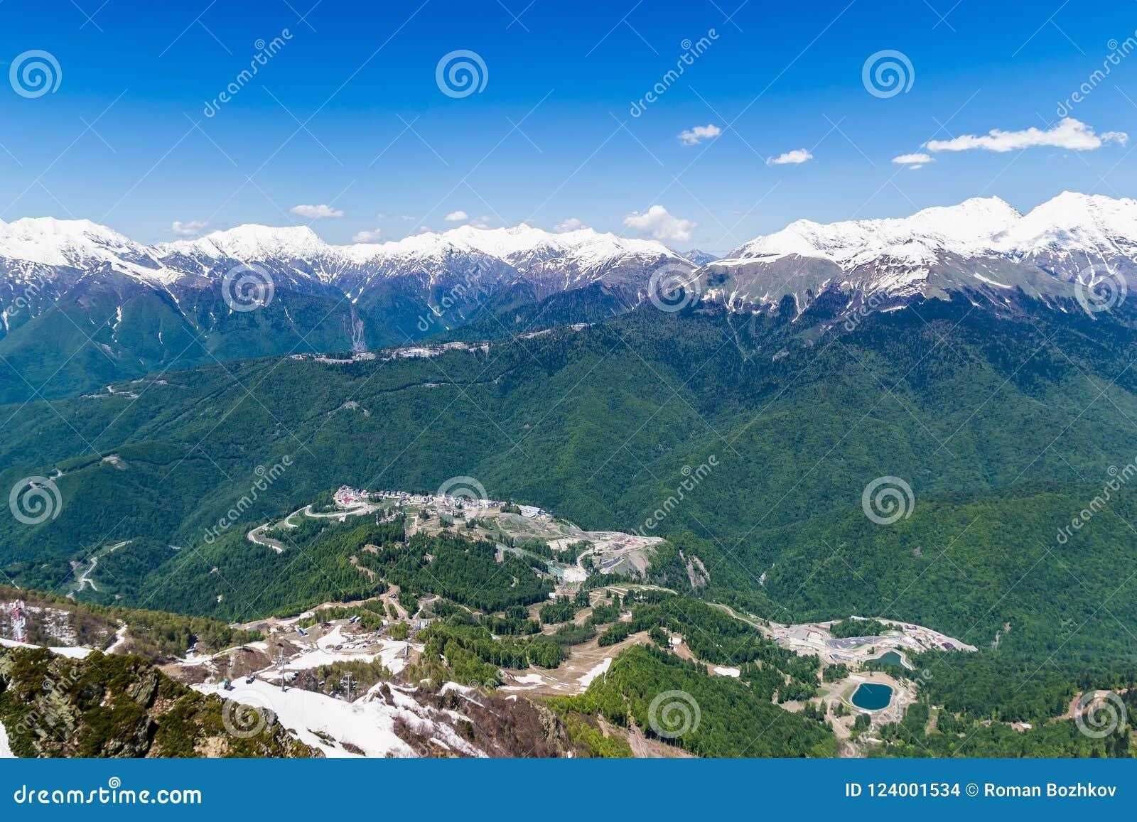 Bergvallei met snow-capped bergpieken hoogte 2320 boven overzees - niveau esto-Sadok Rusland Sotchi