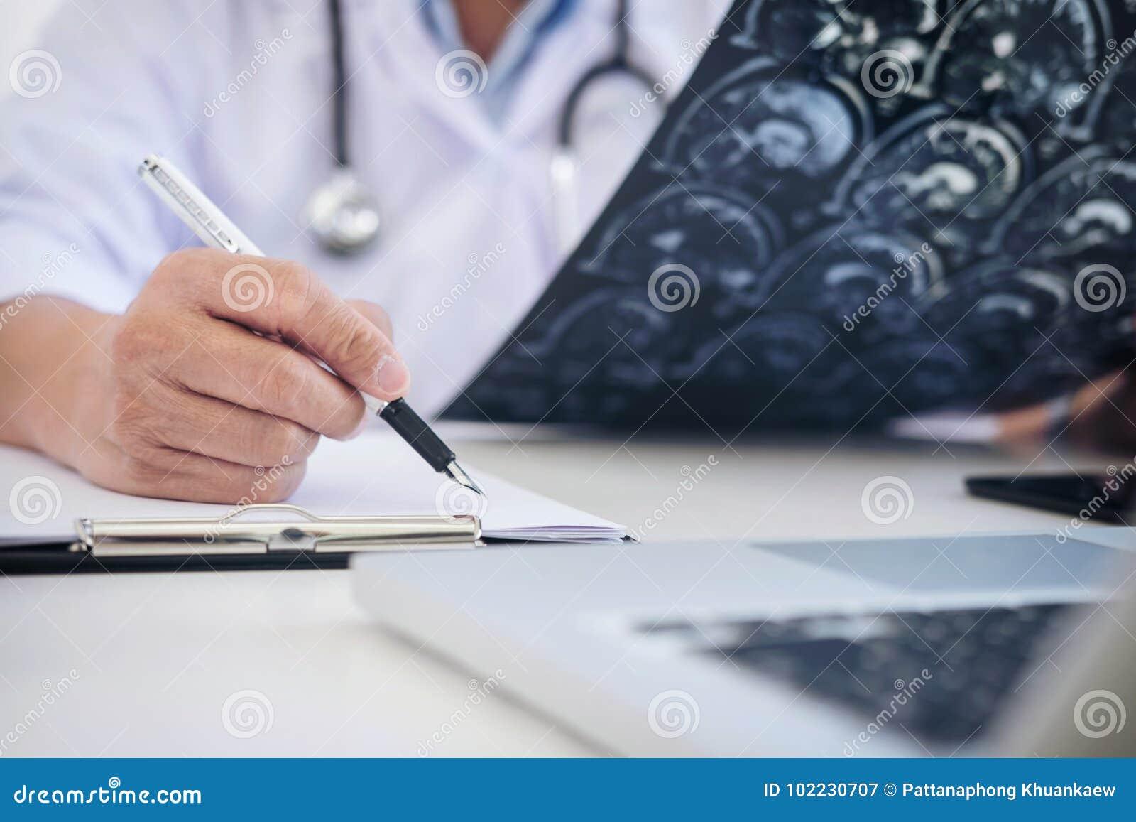 Bericht Professors Doctor und empfehlen eine Methode mit geduldigem trea
