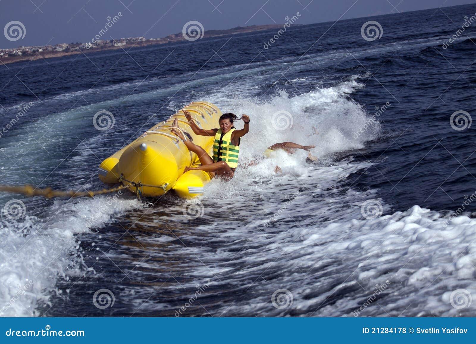 Berijdende de banaanboot van de pret.