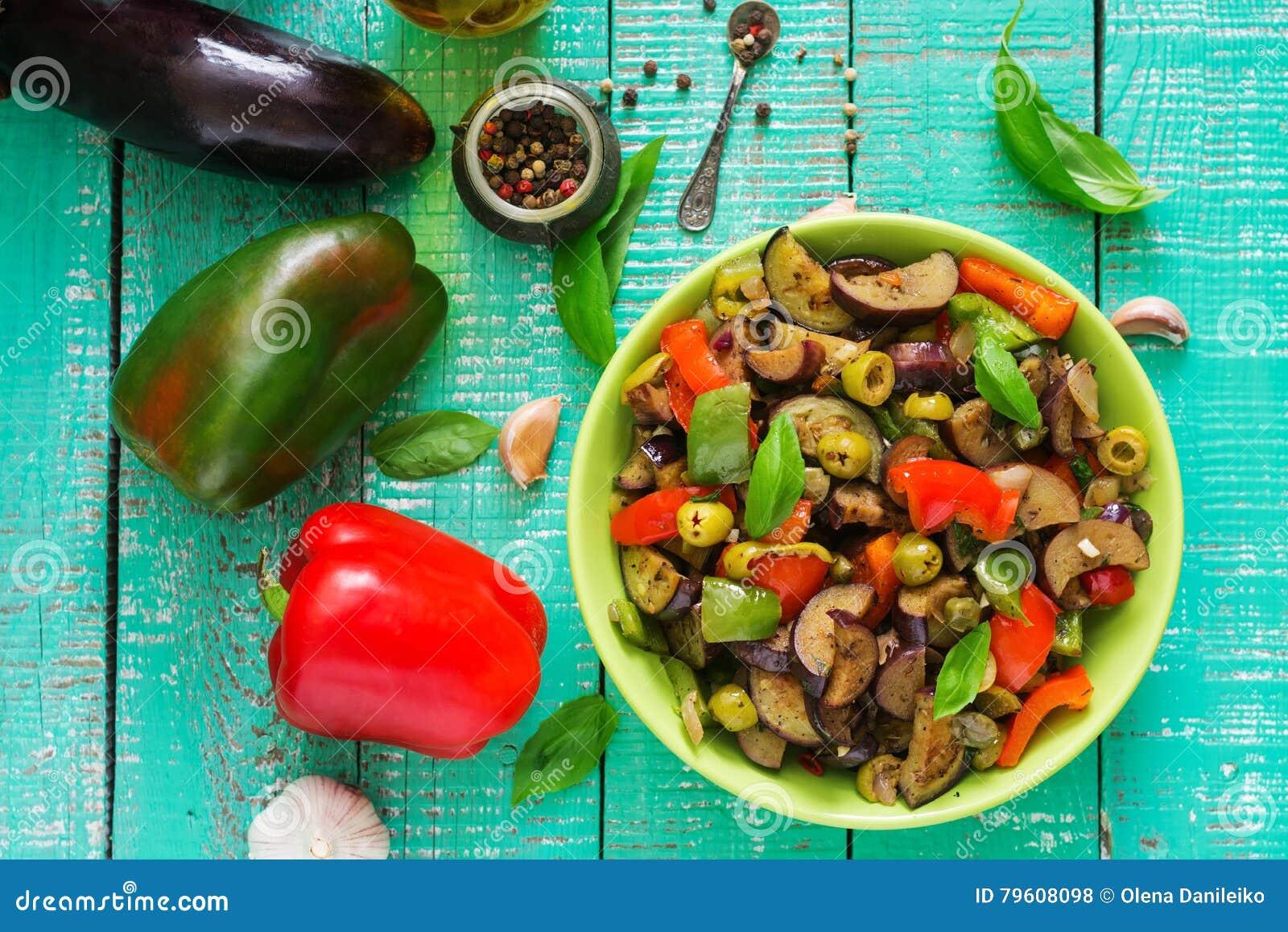 Beringela picante quente do guisado, pimenta doce, azeitonas e alcaparras