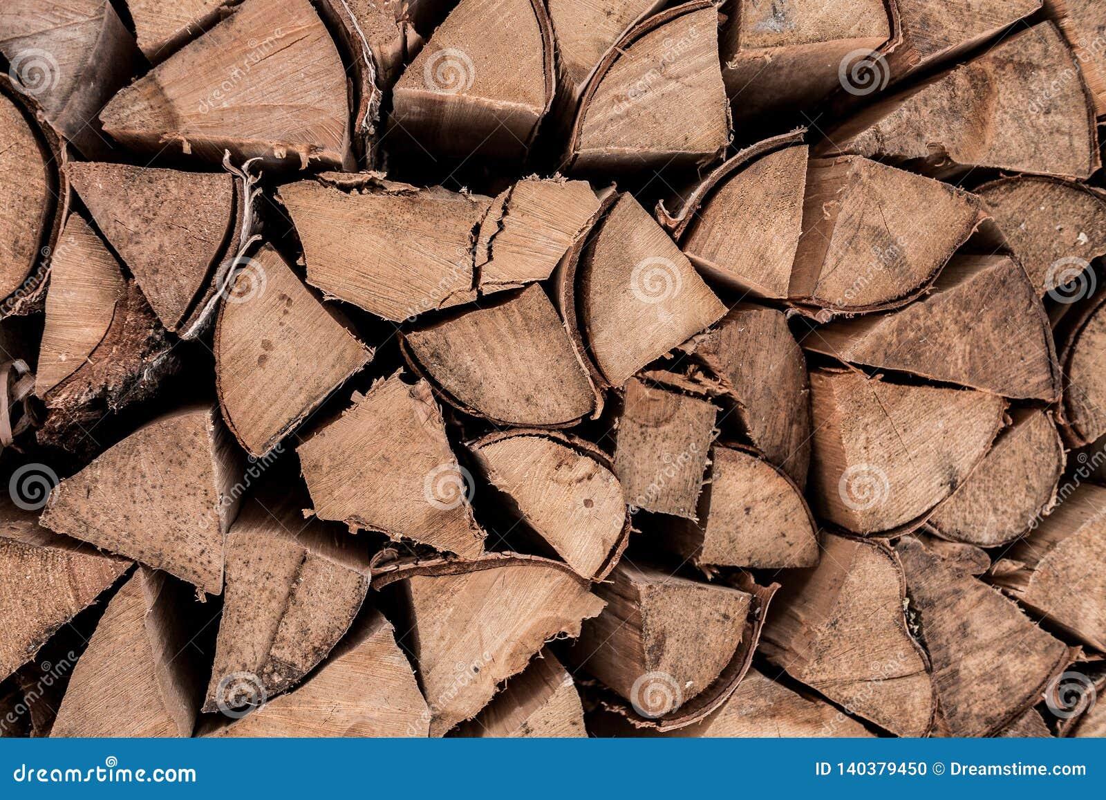Berkbrandhout De gebroken logboeken van de bijlberk zijn in wanorde