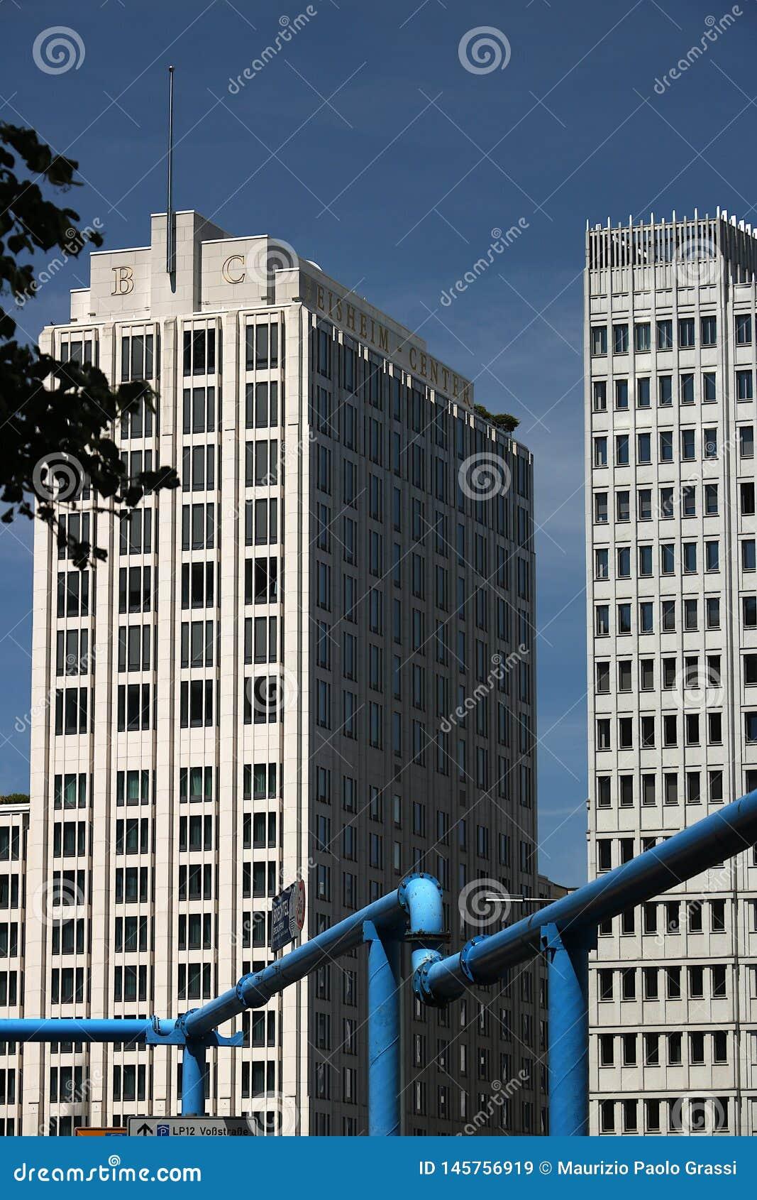 Berkshires 06/14/2018 Skyskrapor p? Potsdamer Platz I förgrunden ett blått rör