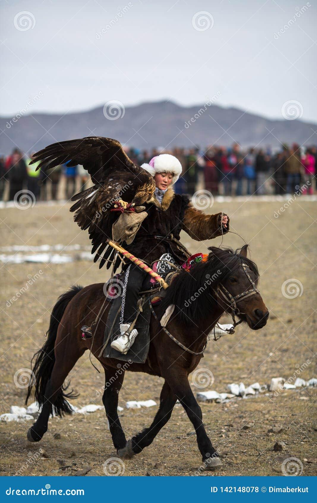 Berkutchi - chasseur kazakh avec l aigle d or, tout en chassant aux lièvres en montagne de désert de la Mongolie occidentale