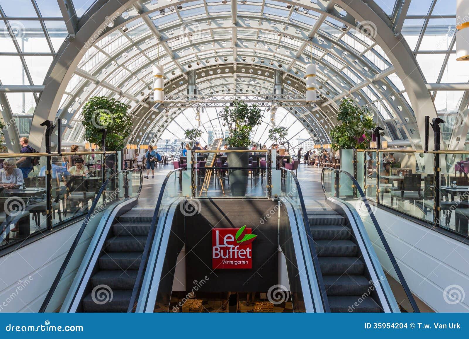 BERLÍN, ALEMANIA - 24 DE JULIO: La gente desconocida es de consumición y de consumición en el restaurante de los grandes almacenes