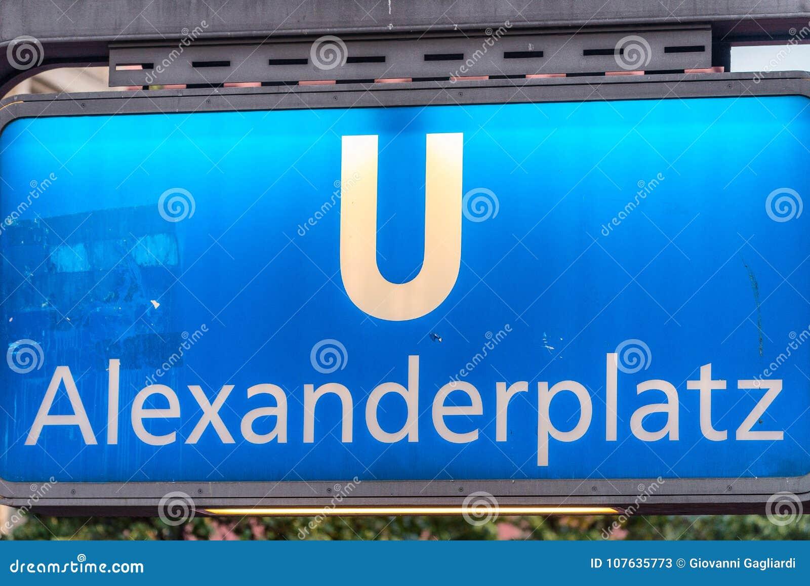 BERLÍN, ALEMANIA - 23 DE JULIO DE 2016: Metro S-Bahn de Alexanderplatz