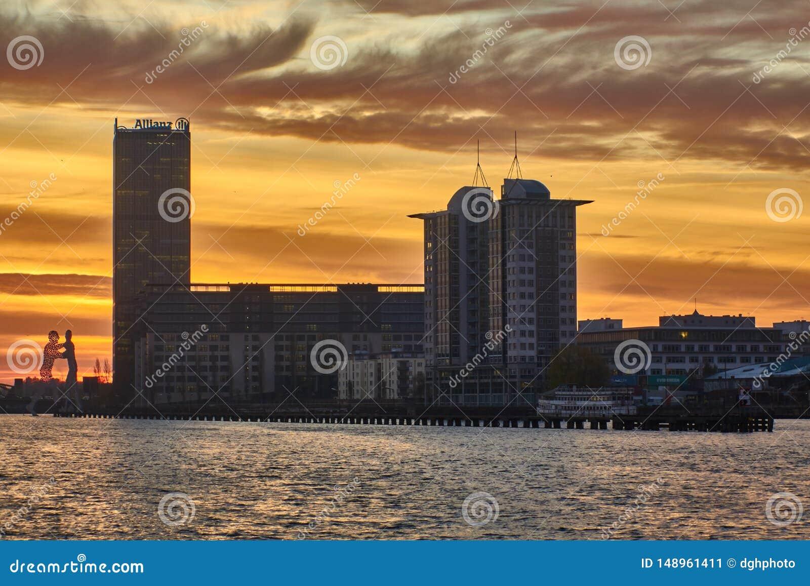Berl?n, Alemania - 29 de noviembre de 2018: Diversi?n del r?o con el edificio de la compa??a de seguros de Allianz, y del hombre