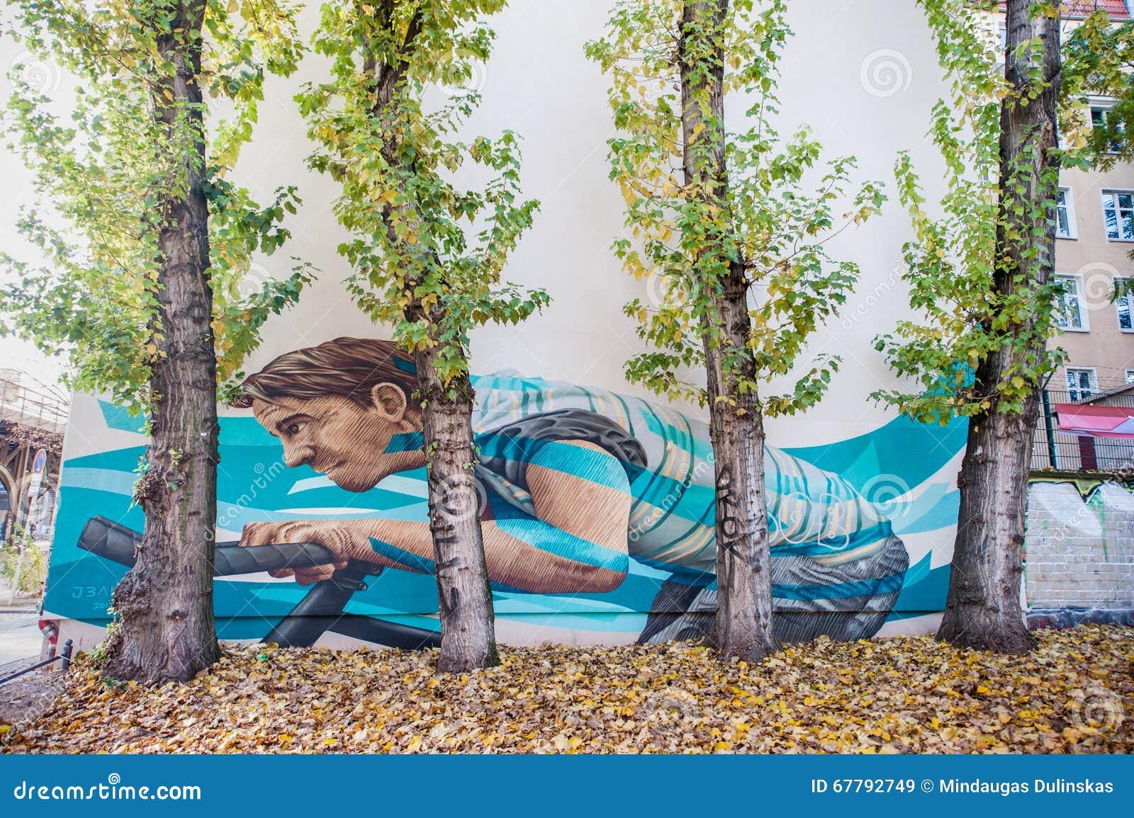 BERLÍN, ALEMANIA - 29 DE OCTUBRE DE 2012: Pintura de pared en Berlín con Guy Riding Bicycle