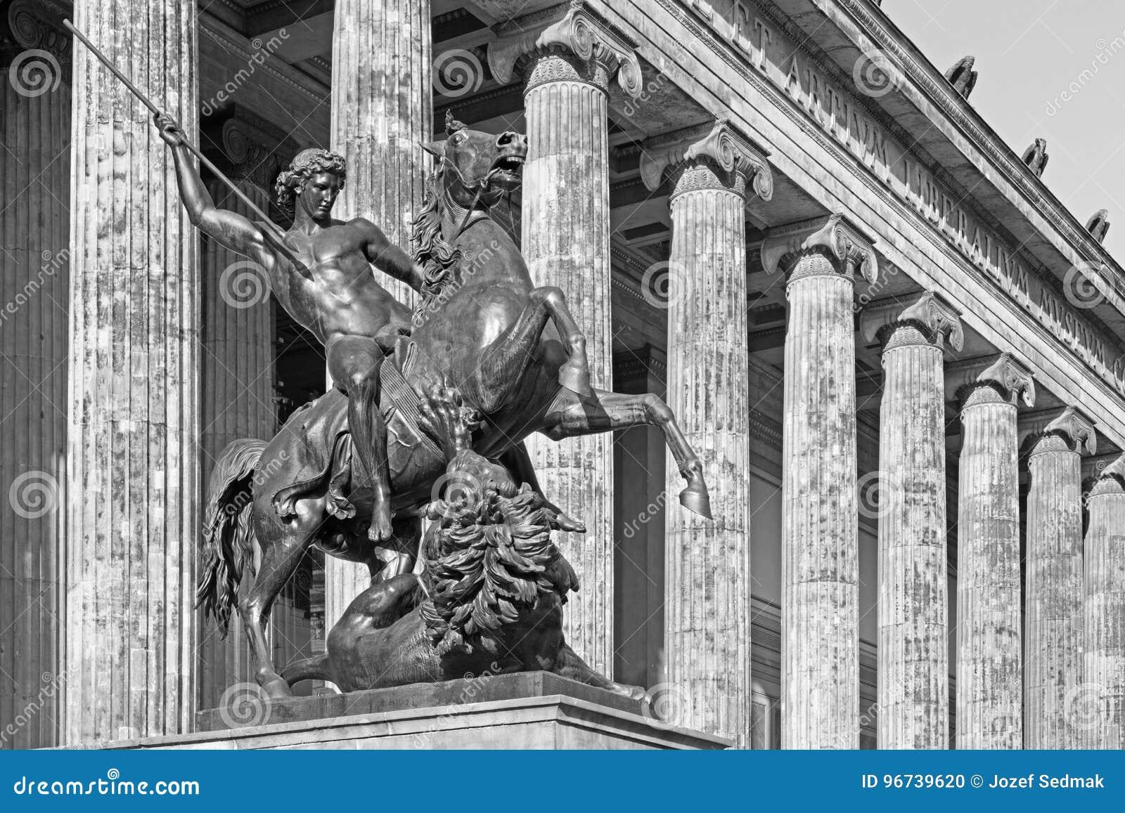 BERLÍN, ALEMANIA, FEBRERO - 13, 2017: Los Dom, columnas del museo de Altes y la escultura de bronce Lowenkampfer