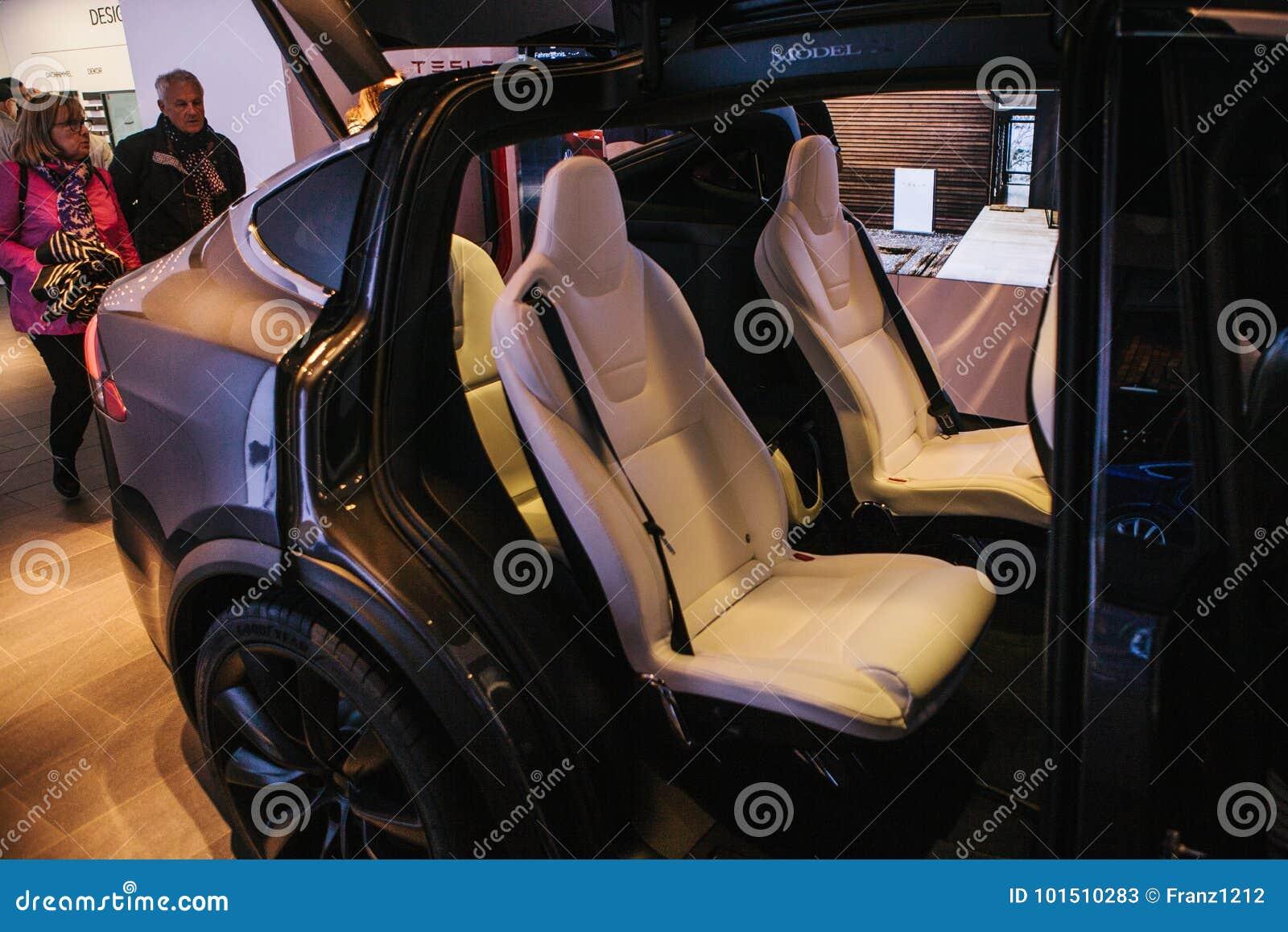 Berlín, el 2 de octubre de 2017: Presentación de un modelo X de Tesla del vehículo eléctrico en el salón del automóvil de Tesla e