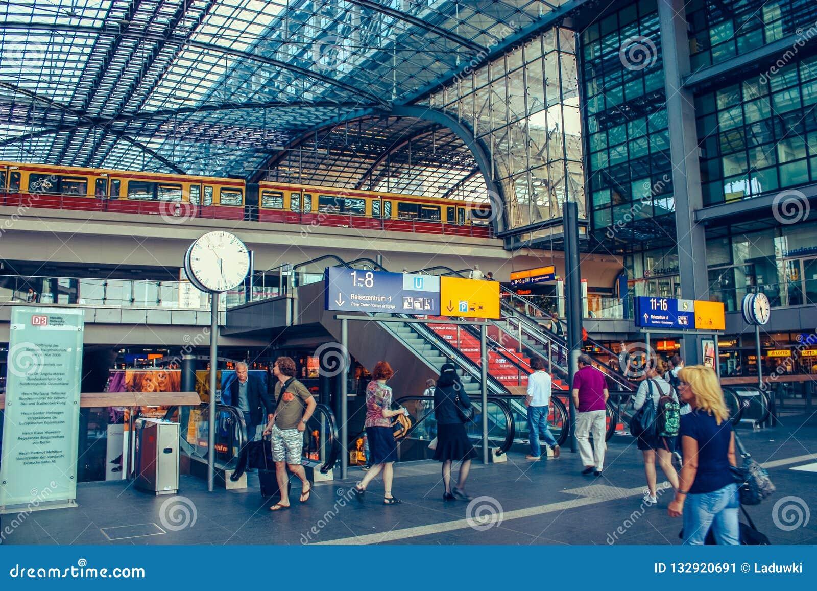Berliński Czerwiec 2010 Środkowy główny kolejowy dworzec w Berlin, Niemcy Historyczny Lehrter Bahnhof otwiera w 2006