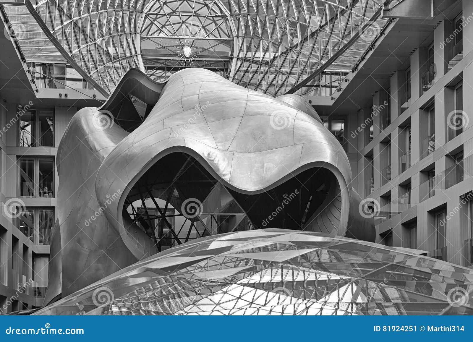 BERLIJN, DUITSLAND - JULI 2015: Atrium van DZ Bank die B inbouwen