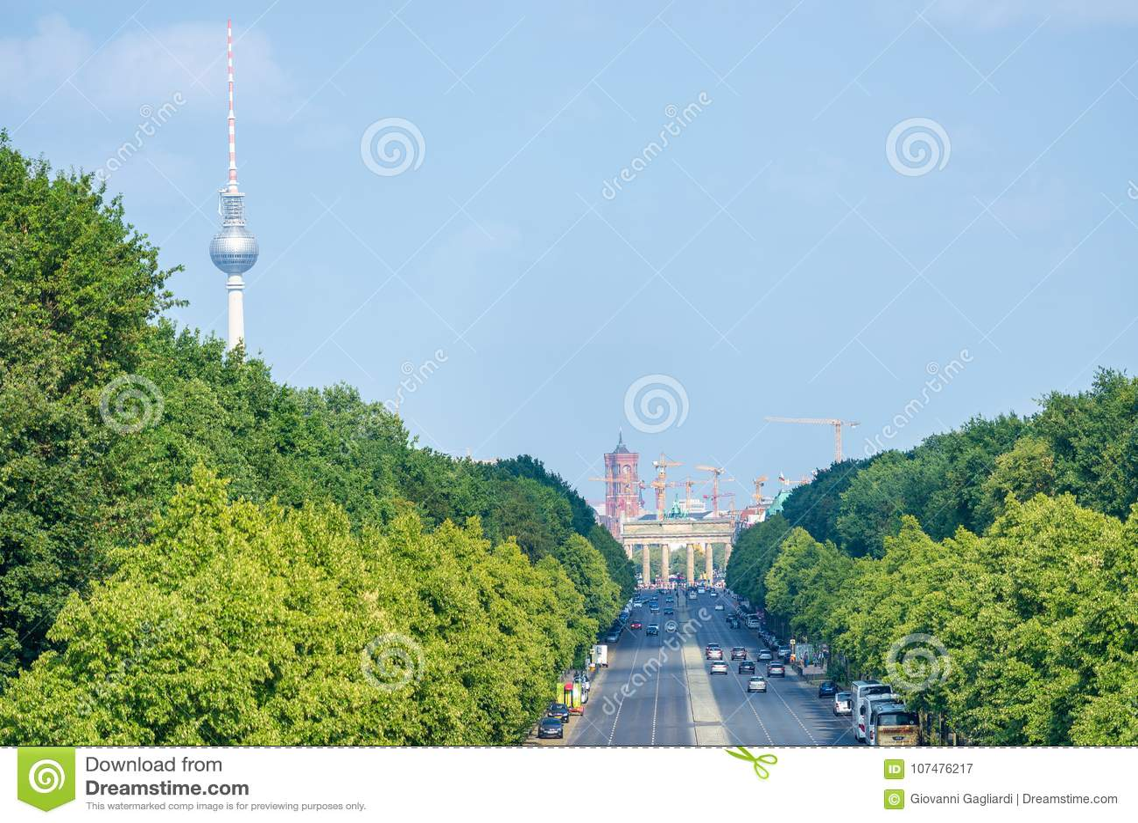 BERLIJN, DUITSLAND - JULI 24, 2016: Stadshorizon langs lange weg,