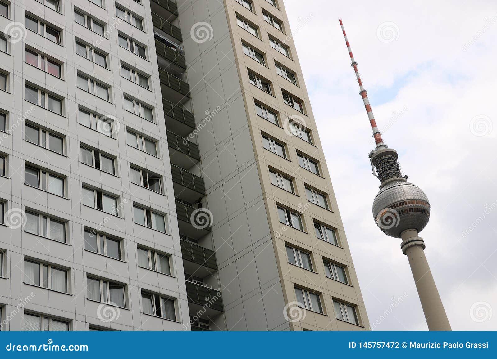 Berlijn, Duitsland, 13 Juni 2018 De toren van TV van Berlijn en de gebouwen van oud Oost-Berlijn