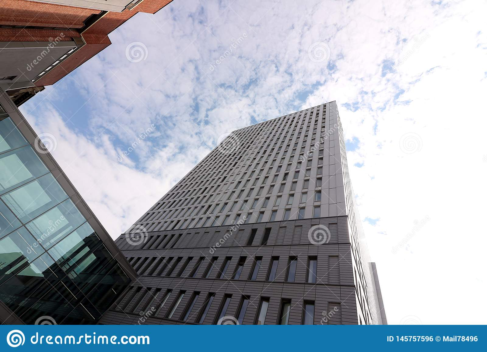 Berlijn, Duitsland, 13 Juni 2018 Moderne gebouwen van nieuw Berlijn De hemel is weerspiegeld in een venster