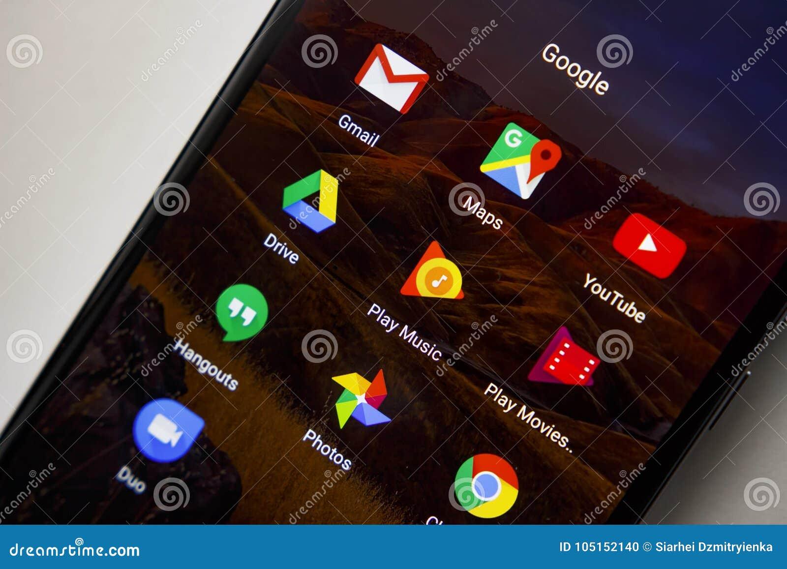 Berlijn, Duitsland - November 19, 2017: De pictogrammen van Google apps op het scherm van moderne smartphone Toepassingenpictogra